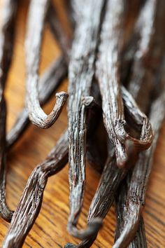How to use vanilla beans. I cleaned out my car and found a jar of whole, still good, vanilla beans. Bean Recipes, Raw Food Recipes, Healthy Recipes, Grow Vanilla Beans, Madagascar Vanilla Beans, Bountiful Baskets, Ice Cream Flavors, Homemade Vanilla, Healing Herbs
