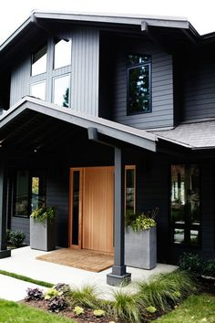 Sleekness in Seattle: Modern Garden Midcentury House Modern yet classic exterior. Love the front door.sketchpadhous for amazing house plans! The post Sleekness in Seattle: Modern Garden Midcentury House appeared first on Garden Easy. Black House Exterior, Modern Exterior, Modern Entry, Modern Decor, Midcentury Modern Front Door, Grey Homes Exterior, Modern House Exteriors, Modern Wood House, Modern House Colors