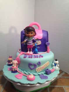 Doc McStuffins cake and matching cupcakes