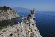スワローズ・ネスト(ウクライナ) 別名「燕の巣」城。ヤルタの街の黒海に面した岸壁に築かれた城。歴史は浅く、ロシア将校の別荘を1912年にドイツ人貴族が改築した。現在はイタリアンレストランとして使われている。