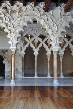 El Palacio de la Aljafería construido durante la segunda mitad del siglo 11 en la taifa musulmana de Zaragoza de Al-Andalus, la actual Zaragoza, España.