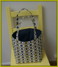 Een shoptas – met tutorial | Madeline De Stoffenmadam Diy Tote Bag, Fabric Bags, Shopping, Jet, Yoga, Totes, Atelier, Canvas Bags, Fabric Purses
