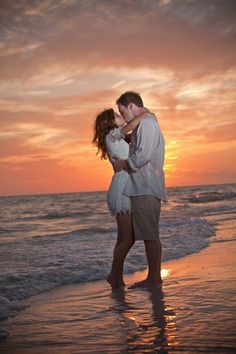 Weddings are all about kissing, but how not to look trivial? This is easy with our creative wedding kiss photos advice. Beach Photography, Couple Photography, Engagement Photography, Wedding Photography, Friend Photography, Maternity Photography, Photography Ideas, Couple Beach Pictures, Beach Photos