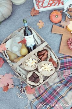 Fall Picnic Mondavi No kid Hungry Cooler Fall Picnic, Kids Picnic, Beach Picnic, Picnic Time, Picnic Ideas, Breakfast On The Beach, Breakfast Basket, Camping Food Make Ahead, Best Camping Meals