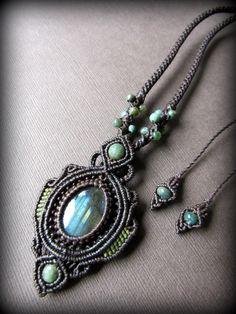 ブルーの閃光が美しいカナダ産ラブラドライトを使用したネックレスです^^一編み一編み丁寧に時間をかけて手編み製作しています。グリーンのインド産アゲートビーズの装飾も素敵です^^紐の長さは調節可能なので、…