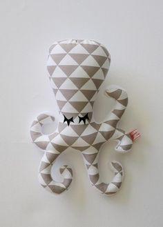 Idéal comme jouet dans les premiers mois de vie de bébé, le Hochet POulpy à tout pour plaire!   Une face en tissu coton aux motifs contrastés pour aiguiser la vue , et une f - 19945516