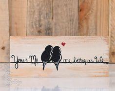 Gemacht und sofort lieferbar! Valentinstag Geschenkidee liebe dich und mir Zeichen, dass Holz Schilder Holz Kunst 5. Jahrestagsgeschenk zurückgefordert Vogel Malerei Holz Liebe Kunst-Holz Wand Dekor Hochzeitsgeschenk für paar von Linda Fehlen  Du und ich - Liebe Vögel auf einem Draht-Malerei auf Altholz  {Size} - zurückgefordert 20 1/4 x 10 1/2 auf Palettenholz, das mit einem notleidenden Stil gemalt worden ist.  Das einfache, rustikale Gemälde, zwei Vögel auf einem Draht würde ein…