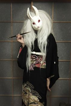 "Viewing the moon rabbit ""tamasato"" wears a kurotomesode."