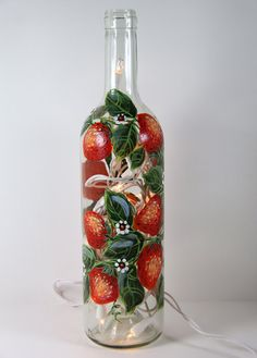 Main peinte la bouteille de vin léger avec fraises, vert et rouge, lumière de l'Accent, cadeau d'hôtesse