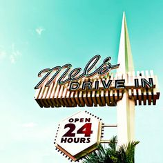 Mel's Drive-In Restaurant Sign. Iconic Hollywood classic retro diner, Mel's Drive-In on Sunset Boulevard was the setting for the movie American Graffiti and the inspiration for Happy Days. Roadside Attractions, Roadside Signs, Vintage Neon Signs, American Graffiti, Restaurant Signs, I Love La, Retro Diner, American Diner, Soda Fountain