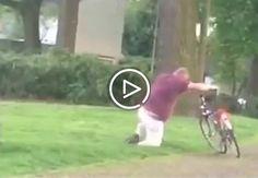Zdroj: youtube.com/Funny Drunk People Video      Muž z Holandska to prehnal s alkoholom. Bol tak opitý, že nedokázal nasadnúť na bicykel. Teraz sa však na ňom baví celý svet.        Alkohol je dobrý sluha, ale zlý pán. Svoje o tom vie mu...