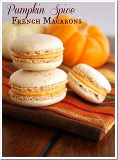 Recipe for delicious fall pumpkin macarons! Pumpkin spice french macaron shell sandwiched with a pumpkin buttercream filling - perfect for fall! Desserts Français, Delicious Desserts, Dessert Recipes, Yummy Food, Plated Desserts, French Desserts, French Food, Dessert Ideas, Pumpkin Recipes