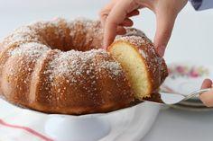 Deze roomkaas cake is binnen ons familie echt een grote hit! Dit is zo'n typisch luchtige cake met een zachte structuur waar je geen genoeg van kunt krijgen. Afgelopen week bakte ik deze cake…
