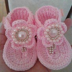 Ssndalias a crochet This Pin was discovered by Rin Crochet Baby Sandals, Crochet Baby Boots, Booties Crochet, Baby Girl Crochet, Crochet Baby Clothes, Crochet Shoes, Crochet Slippers, Crochet For Kids, Baby Booties