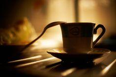 Cafeïne zorgt tijdelijk voor meer energie, maar wanneer je merkt dat je eraan verslaafd bent kan het juist je energie van je afnemen. Wat kun je verwachten als je besluit af te kicken van cafeïne?