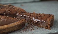 Her kommer oppskriften på en svensk drøm av en kake, nemlig «kladdkaka». Mørk, seig, intens og «kladdig». Som en herlig svensk hybrid av konfektkake og brownies. Tips: Kaken holder seg fint i kjøleskapet og kan gjerne bakes dagen før servering.