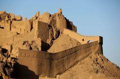 Bam, Irão. Esta estrutura de adobe acolheu a Rota da Seda durante dois milénios. A cidade foi abalada por um terramoto em 2003: a população ficou reduzida a 10% da anterior. Proibida a visita por estar em degradação.