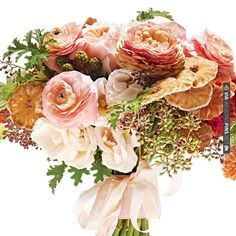 Peach wedding bouquet that is so incredibly precious | VIA #WEDDINGPINS.NET