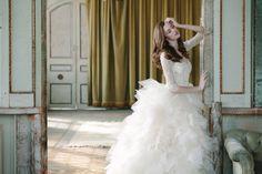 Sareh Nouri lanzó su línea de vestidos y velos de novia opulentos para la primavera 2015 durante la Semana de la Moda Nupcial de Nueva York este mes de abril. Te invitamos a que tomes asiento y disfrutes de estos modelos que te harán soñar.