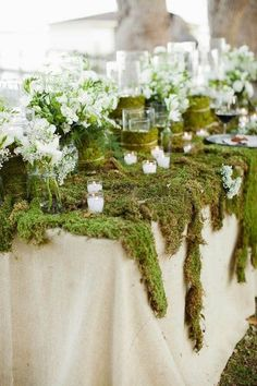 I must admit that enchanted forest weddings are one of my favorite themes because they are so fairy-tale and mystique! Full of moss, flowers, greenery ...