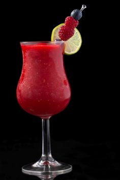 Raspberry Daiquiri : 6 Raspberry, ½ oz Sugar Syrup, ¼ oz Lemon Juice, ½ oz Rum, ¼ oz Lime Juice : Combine all the ingredients in a blender with crushed ice until smooth. Serve into a cocktail glass. Frozen Strawberry Daiquiri, Strawberry Cocktails, Raspberry Cocktail, Frozen Strawberries, Mock Strawberry, Refreshing Drinks, Summer Drinks, Fun Drinks, Cocktail