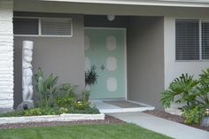 Living Vicariously Mondays - today with L. Greg and his beautifully restored 1962 contemporary - Retro Renovation Modern Exterior Doors, Modern Entryway, Exterior Paint, Front Entry Landscaping, Mid Century Exterior, Doors And Floors, Retro Renovation, Fancy Houses, Retro Home Decor