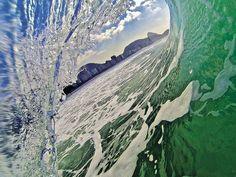 O Pão de Açúcar visto de dentro da onda, em Copacabana Foto: Ricardo Sombra