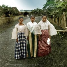51 Old Colorized Photos Reveal The Fascinating Filipino Life Between 1900 - 1960 Philippines Outfit, Philippines People, Philippines Fashion, Philippines Culture, Manila Philippines, Filipino Art, Filipino Culture, Philippine Art, Philippine Women