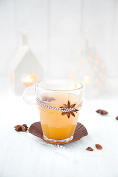 Hot spiced apple juice -- the ideal palate cleanser. Christmas Mood, White Christmas, Xmas, Refreshing Drinks, Fun Drinks, Beverages, Cocktail Drinks, Cocktails, Vegetable Drinks
