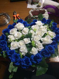 Composizione con rose di carta crespa