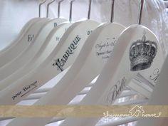 Białe wieszaki z francuskimi grafikami na ulubione ubrania:) Tak, żeby trochę ozdobić szafę od środka.  (dużo zdjęć, bo nie mogłam się zdec...