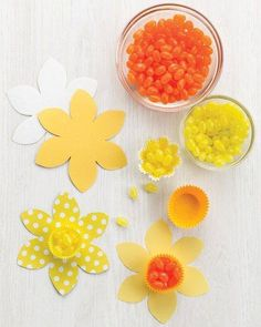 Daffodil Candy Cups -- Make daffodils from baking cups and flower cutouts for your Easter or spring table. To use these as place cards, write names on the petals. Kids Crafts, Easy Easter Crafts, Easter Ideas, Easter Table, Easter Party, Easter Dinner, Easter Brunch, Easter Eggs, Spring Crafts