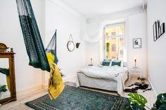 Bohemian bedroom with hammock. Svensk Fastighetsförmedling