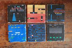 Portavasos en mosaicos inspirados en juegos de la vieja escuela. | 21 Objetos que todo amante de los videojuegos necesita en su casa