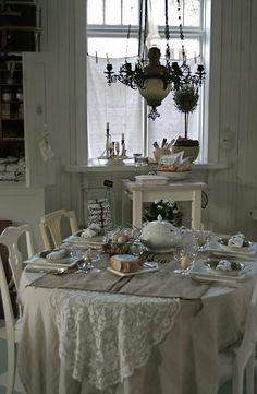 Chic Kitchen White shabby e shabby chic : Shabby chic borse . Casas Shabby Chic, Shabby Chic Mode, Vintage Shabby Chic, Shabby Chic Style, Shabby Chic Decor, Vintage Table, Shabby Cottage, Cottage Chic, Romantic Cottage