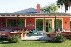 Casa de campo: dos propuestas con la naturaleza como protagonista  Una perspectiva de la galería permite ver cómo se destacan y conectan con el exterior los dos ventanales.