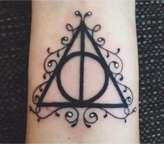 Discovered by LeneCh. Find images and videos about black and white, harry potter and tatto on We Heart It - the app to get lost in what you love. Deathly Hallows Symbol, Harry Potter Deathly Hallows, Harry Potter Diy, Harry Potter Tattoos, Hp Tattoo, Word Tattoos, Geek Tattoos, Tatoos, Amor Tattoo
