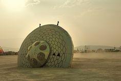 Burning Man lijkt mij onwerkelijk mooi zowel  overdag als in de nacht.