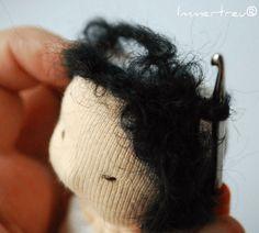 Auch dieses free tutorial, wie man einer Stoffpuppe Haare machen kann, ist nun auf mein neues Blog umgezogen. Viel Spaß!