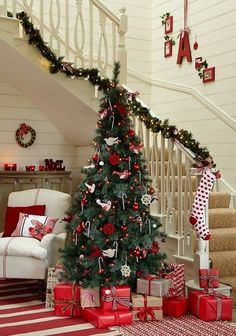Red and White Christmas staircase. Christmas Stairs Decorations, Christmas Staircase, Beautiful Christmas Trees, Elegant Christmas, Merry Little Christmas, Noel Christmas, Christmas Morning, Country Christmas, White Christmas