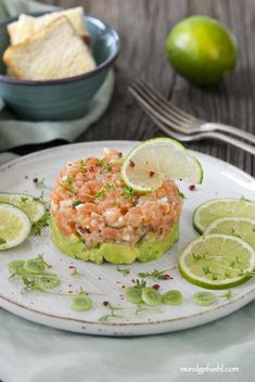 Divine salmon tartar bedded on avocado - Rezepte - Aguacate Seafood Appetizers, Healthy Appetizers, Healthy Dinner Recipes, Appetizer Recipes, Seafood Party, Avocado Recipes, Salmon Recipes, Guacamole, Pesto
