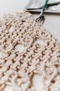 Inside : A simple tutorial for these pretty diy macrame placemats. You only three basic knots for this one - and they are also the easiest knots to master! Crochet Plant Hanger, Macrame Wall Hanger, Macrame Owl, Macrame Projects, Diy Projects, Macrame Patterns, Crochet Patterns, Macrame Tutorial, Knots