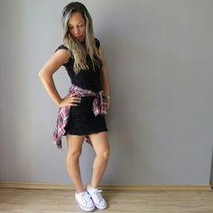look vestido com tenis e camisa xadrez