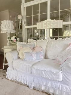 A Shabby Chic Living Room – Decorating On a Budget – Shabby Chic News Shabby Chic Blog, Shabby Chic Decor Living Room, Estilo Shabby Chic, Romantic Shabby Chic, Shabby Chic Bedrooms, Shabby Chic Cottage, Bedroom Vintage, Vintage Shabby Chic, Shabby Chic Style