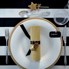 Fruen fra Trondheim: gold and B table setting