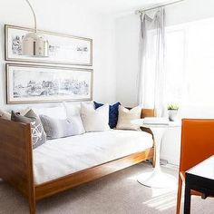 Bedroom Office Combo Ideas and Inspiration for Narrow Space and Small House - Beautiful Small Bedroom Office Pictures Ideas. bedroom office Bedroom Office Combo Ideas and Inspiration for Narrow Space and Small House Small Guest Rooms, Small Space Living Room, Small Room Design, Guest Bedrooms, Small Spaces, Day Bed Living Room, Office With Daybed, Small Bedroom Office, Bedroom Office Combo