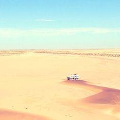 Magnifique désert du #namib en #namibia. Immensité de sable dans laquelle notre petit 4x4 se noie bien vite. /// Stunning namib desert in Namibia. Plenty of sand mini suv appears as lost. #nature #sun #safari #adventure @swakop_mag @bestdestinations @dreamsdestinations @igs_africa