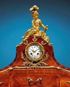 Escritorio realizado por Theodore Millet (afamado ebanista de París), c. 1885. De nogal y con forma de riñón, esté decorado en todos sus lados con marquetería de palo de rosa, cuenta con un reloj y candelabros y monturas de bronce dorado, 5 cajoncillos y un casillero para papeles o cartas, 111.76 x 115.25 x 71.12 cm.