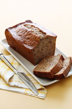 Easy Chiquita Quick Bread Recipe: This simple bread recipe is quick to make and sure to please. Basic Quick Bread Recipe, Quick Bread Recipes, Cooking Recipes, Chiquita Banana Bread Recipe, Quick Banana Bread, Pan Rapido, Yummy Treats, Yummy Food, Banana Bread Recipes