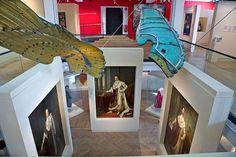 Porträts der bayerischen Herrscher unter den Bronzeflügeln des Friedensengels im Königssaal